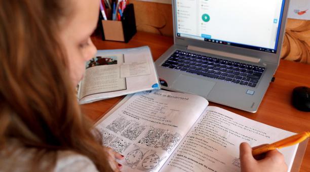 Hoy regresan a clases en línea más de 250 mil alumnos de nivel básico